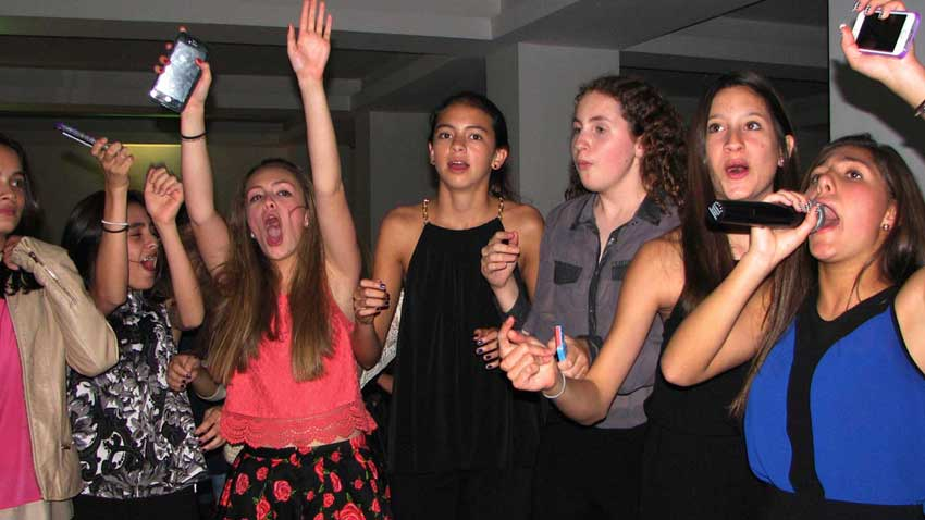 dj para fiestas en casa grupo de chicas cantando karaoke disfrutando