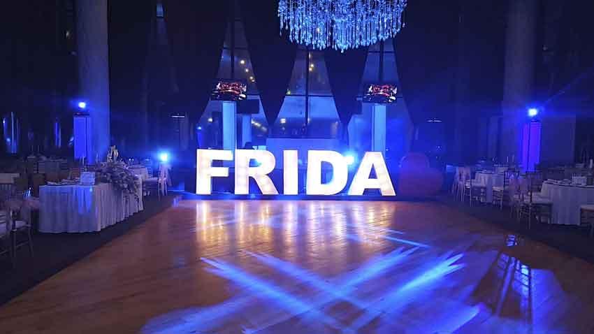 dj para fiestas KLS evento de FRIDA montaje dj con iluminación en azul
