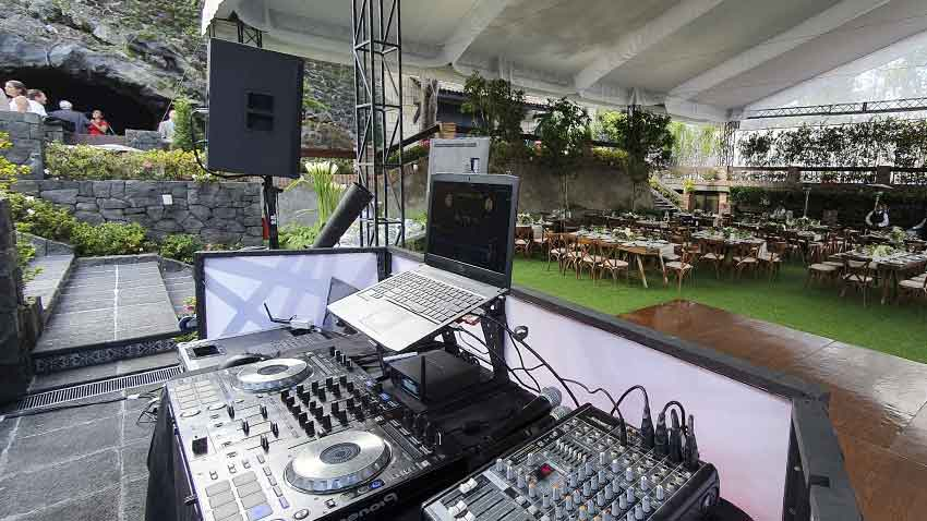 dj para fiestas KLS cabina dj con laptop controlador pioneer y mezcladora