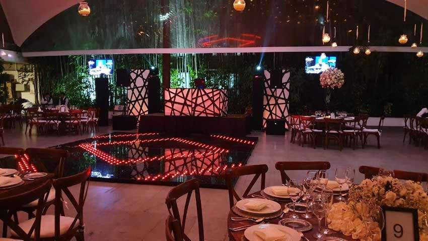 fiesta con dj KLS montaje en color ambar y rojo dos pantallas de 50 pulgadas y pista iluminada
