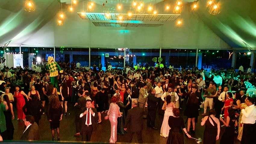 fiesta con dj KLS vista desde cabina del dj de invitados bailando