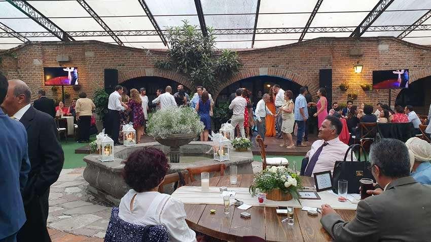 fiesta con dj KLS en jardín Maja invitados bailando durante una boda
