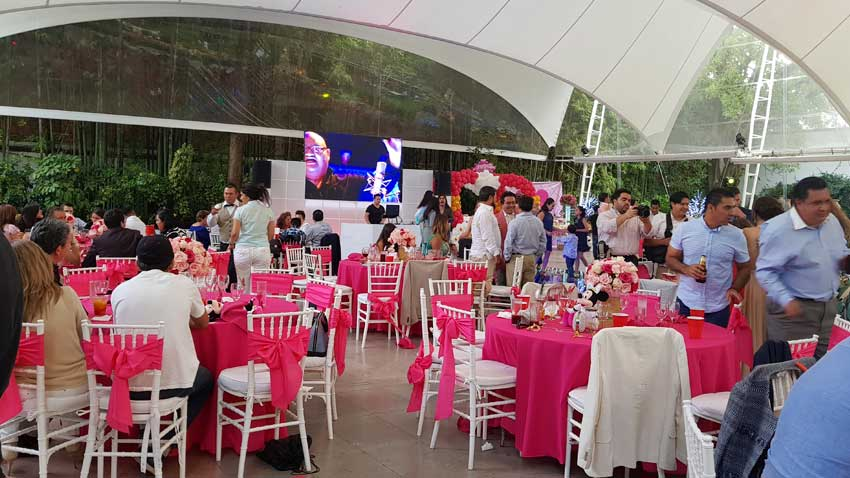 fiesta con dj KLS invitados disfrutando de la fiestas en Hacienda San Fernando dj con pantalla de leds 3x2 mts.
