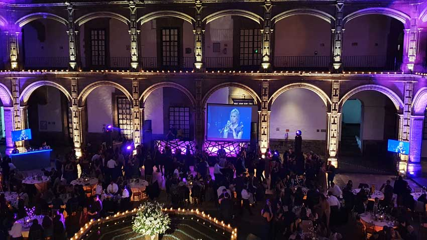 fiesta con dj KLS en San Hipólito vista superior de montaje en morados con tres pantallas