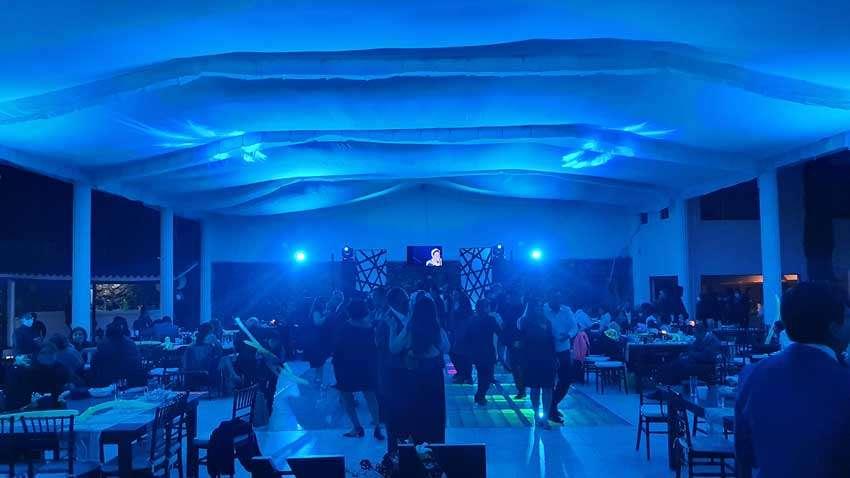 fiesta con dj KLS en color azul gente bailando y divirtiendose