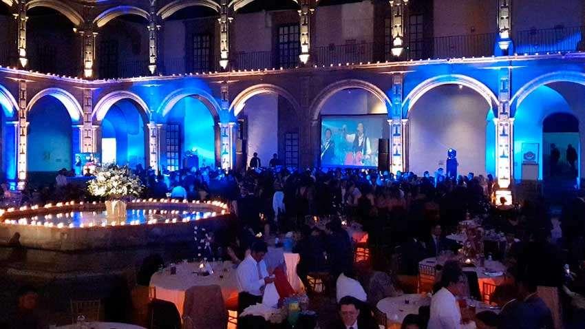 fiesta con dj KLS evento en San Hipólito pantalla con imagenes de la música que se esta tocando fuente al centro del lugar