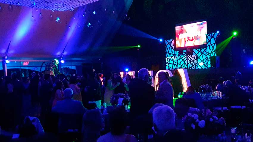 fiesta con dj KLS dj con pantalla led en salón Ponsa iluminado en azul
