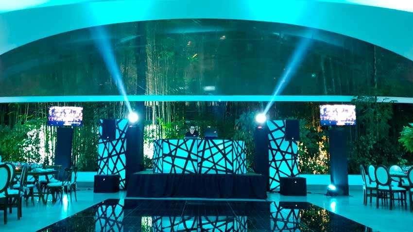 fiesta con dj KLS montaje de dj con iluminación en azul