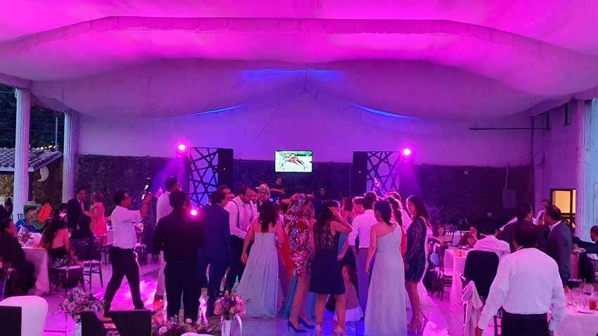 fiesta con dj KLS gente divirtiendose durante una celebración de boda