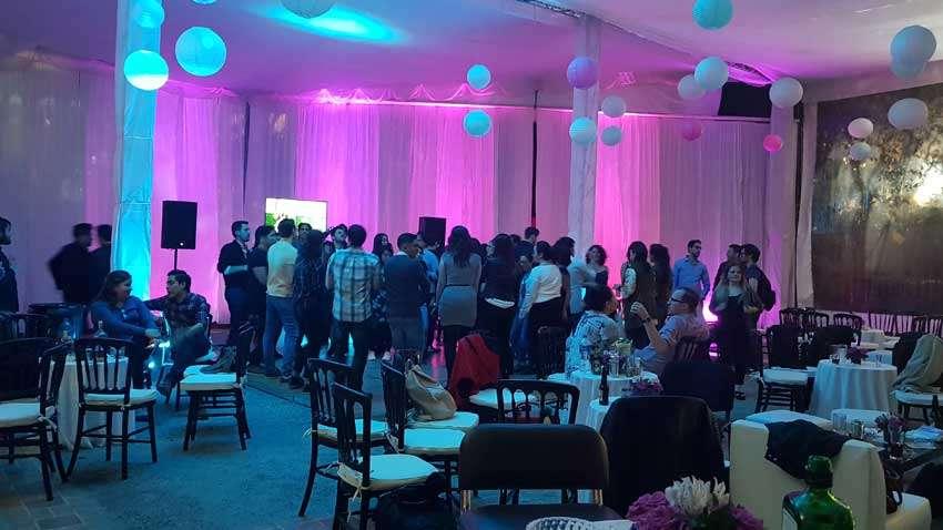 fiesta con dj KLS en Centro Cultural Hidalguense invitados bailando frenta a pantalla de 50 pulgadas iluminación en color rosa y azul