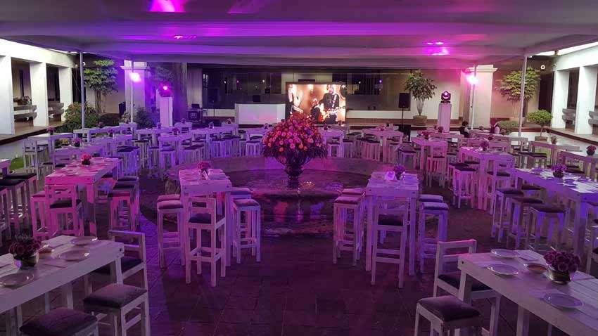 fiesta con dj KLS montaje listo con pantalla led periqueras iluminación en color rosa