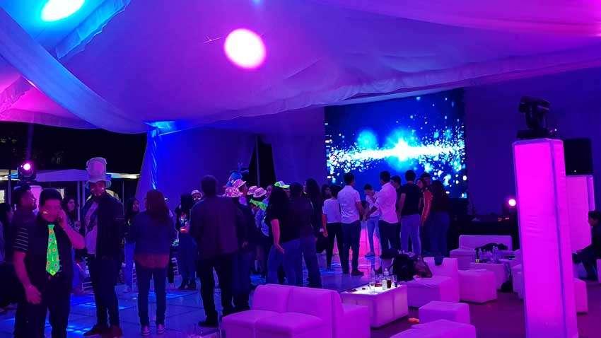 fiesta con dj KLS cumpleaños en Finca la Gloria invitados bailando frente a pantalla leds
