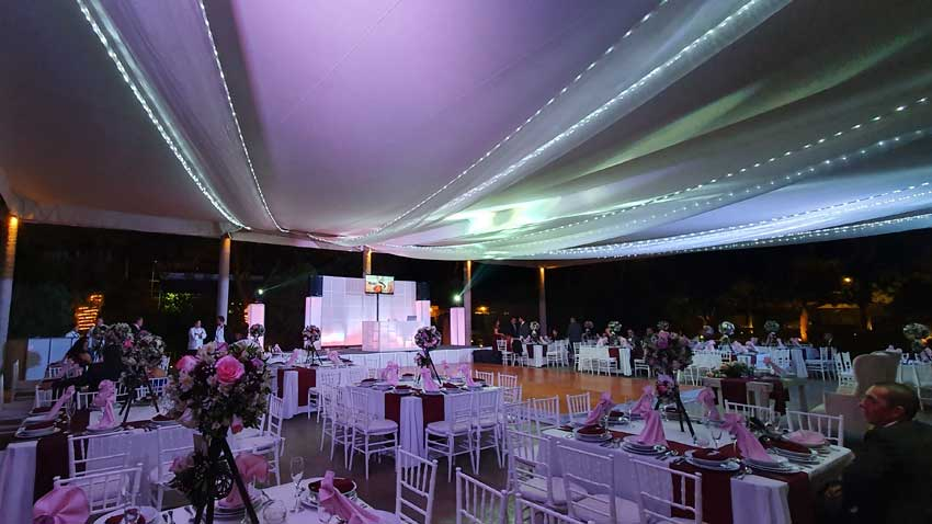 fiesta con dj KLS montaje vista lejana en color rosa pálido montaje para boda Hacienda del Río
