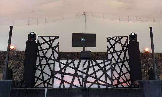 dj para eventos KLS BASICOII montaje de dj con cabina en blanco y negro