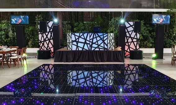 dj para eventos KLS GRAND montaje en blanco y negro con pista iluminada y dos pantallas led 50 pulgadas