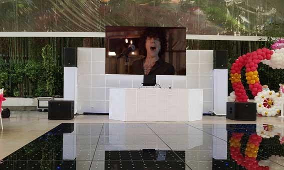 dj para eventos GRANDII KLS montaje de cabina blanca con pantalla led 3x2mts y pista iluminada de cristal negro