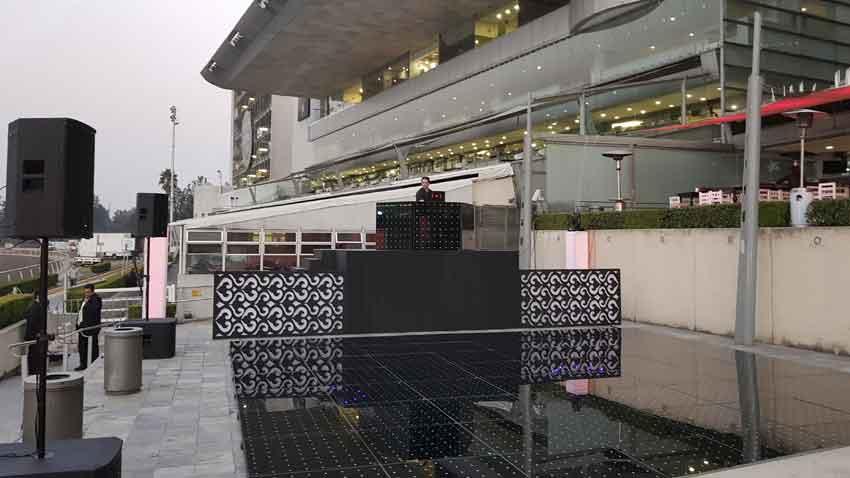 dj para eventos corporativos KLS montaje cabina dj elevada con pista iluminada bocinas Electrovoice en Hipódromo de las Américas CDMX