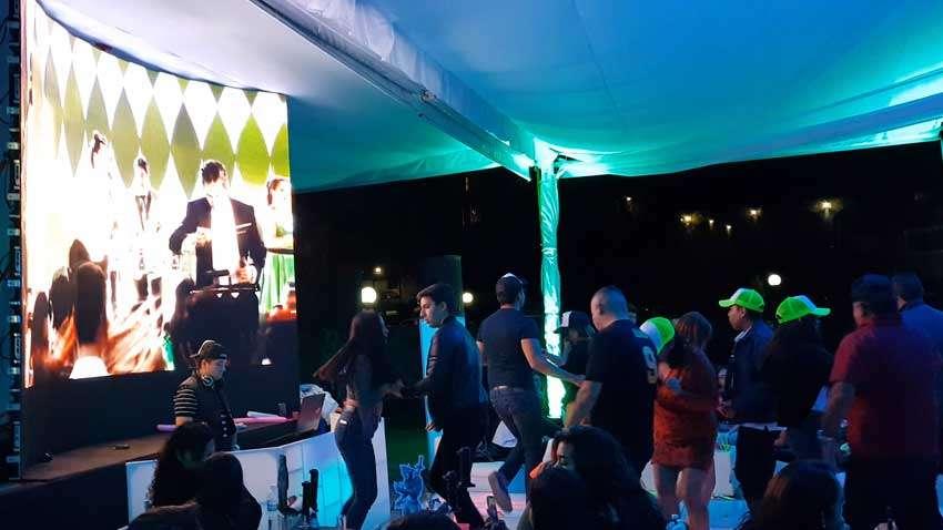 dj para fiesta KLS pantalla led arriba de dj y gente bailando en la pista