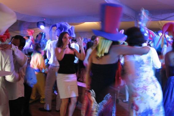 dj para fiestas KLS gente bailando con artículos de animación durante una boda